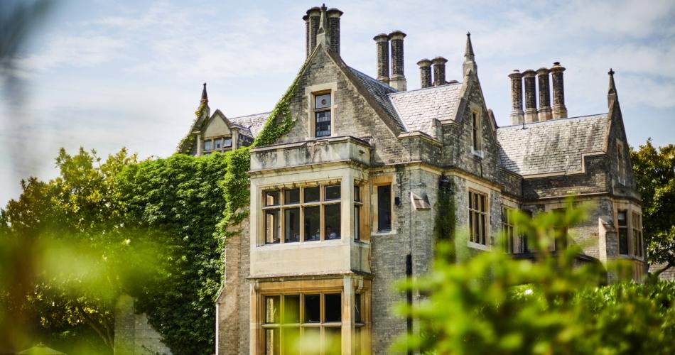 Image 1: Foxhills Club & Resort