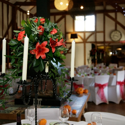 How to incorporate the autumnal season into your wedding flowers