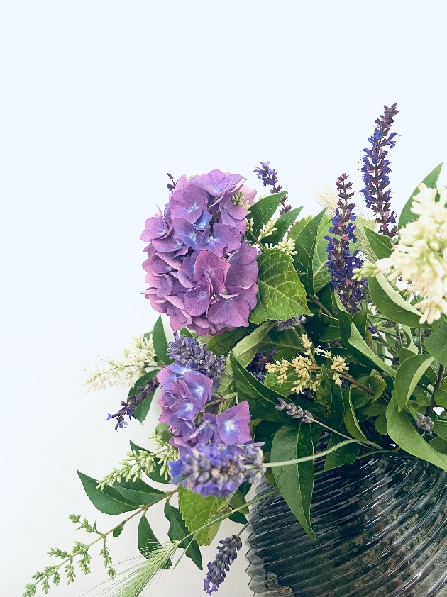 How to incorporate the colour blue into your wedding flowers